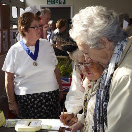 Gathering about the Mayoress | Tessa Hallmann