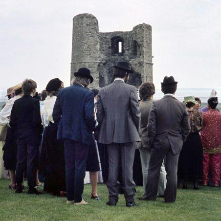 ...and people just stood around... | © Robert Hallmann