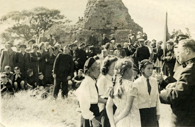 Gathering at Hadleigh Castle, 1951 | John Willson