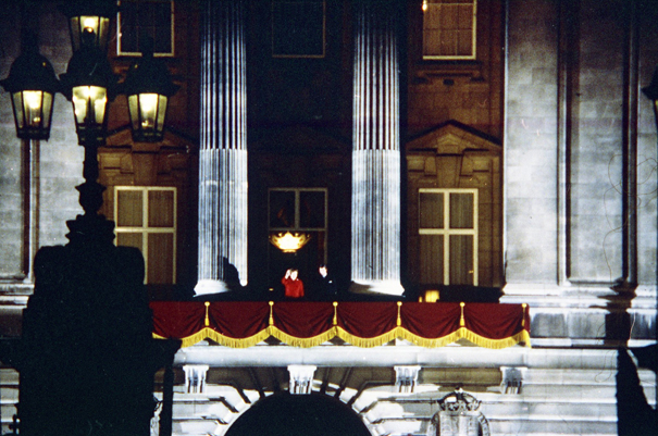 The Queen (in red) and Prince Charles watched and waved from the Palace balcony. | © Robert Hallmann